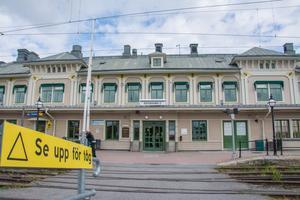 Tre tunga trafikaktörer lanserar en ny idé för att göra den öde tågstationen i Östersund mer attraktiv: Bygga en bro som går genom övervåningen på huset – från Österängsparken till Storsjöstrand.