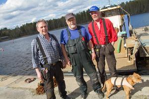Per-Olov Persson, Kalle Persson och Sven-Arne Ängvald arbetar på skärgårdsenheten i Söderhamn. Hunden Pike brukar också följa med .