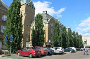 Biltrafiken förbi Stadshotellet kan halveras om enkelriktningen på Biskopsgatan tas bort, enligt en studie som teknik- och fastighetsförvaltningen har tagit fram.