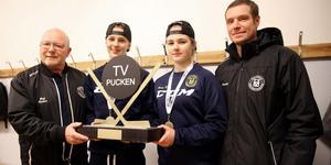 Rolf Rickmo, Ida Karlsson, Emmy Norström Åmark och tränaren Patrik Persson tillsammans med segerbucklan i TV-pucken.