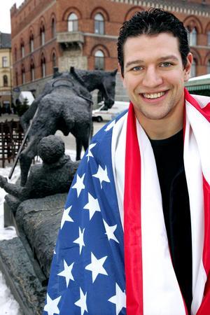 Dan Hinote, invirad i en amerikansk flagga, vid Sörköraren på torget i Örnsköldsvik. Året är 2005. Bild: Jonas Forsberg/arkiv