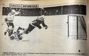 ÖA 18/11 1968. Anders Hedberg har gått loss men Timråkeepern Anders Claesson bjuder på en luftfärd och chansen att nå pucken är borta. Backen S-O Olsson signalerar