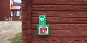 Glötes byalag skaffade en hjärtstartare. Pengarna kommer från vindkraftparken på Glötesvålen. Foto: Privat