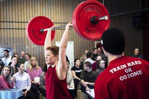 Hanna Andersson kollas av sin domare så att övning utförs på rätt sätt.