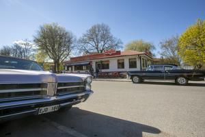 Cruising i Gävle igen. Många deltagare äter hos Maggies, grillkiosken som bär stil som en gammal amerikansk diner. Till höger Benny Åkerbloms Chevrolet Bel Air.