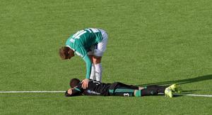 Alexander Ekblad klappar om sin tidigare lagkamrat, Irfan Jasarevic, efter Brages seger över Dalkurd.