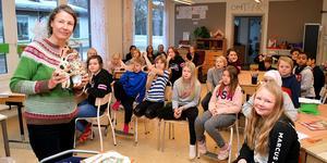 Lotta Geffenblad visade upp Prick och Fläck för fjärdeklassarna i Mockfjärd.