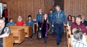 Cecilia Lassbo kommer in i Vikmanshyttans kyrka med en av många fredslågar från Betlehem tillsammans med Vikmanshyttans scoutkår och familjen Stenholm.