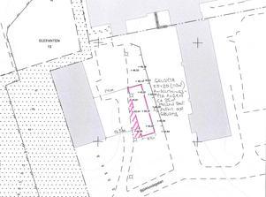 Den grå byggnaden till höger i bild är Artursbergs korttidsboende. De rosa linjerna visar var den ny parkeringen ska ligga.