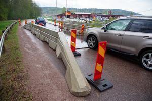 Körplåtar har lagts ut för att minska risken för att bron ska rasa.