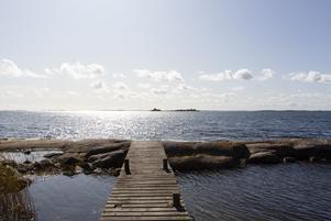 Vid huset på Blidö ligger en brygga som leder rakt ut i havet. Foto: Sjönära fastigheter.