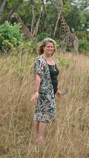 Ann arbetar även med vilda djur. Här ser vi Ann på savannen i Zimbabwe.