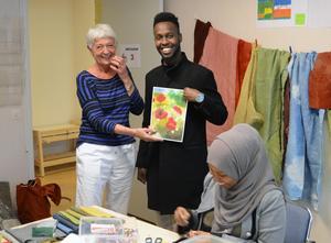 Textilkurs i kulturhusets lokaler. Lena Engberg, Maslah Omar och Khali Ahmed visar upp ett av klassens alster.