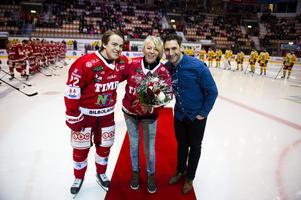 Emil Berglund, Kicki Höglund och Pelle Hallin på isen inför matchen mot Södertälje. Då hyllades Kicki Höglund för hennes 30 år i klubben.