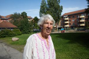 Stina Myhrman, hyresgäst i Plutokvarteret i Ludvika, ogillar att kommunala bostadsbolaget Ludvikahem säljer Pluto och två andra hus i Ludvika.