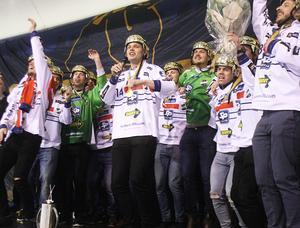 Martin Frid klev fram som röststark förstesångare vid Edsbyns senaste guldfirande hemma i Svenska Fönster Arena.