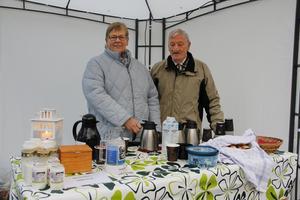 Ingegerd och Siewert Karlsson stod för kaffeserveringen på kyrkogården i Kungsör.