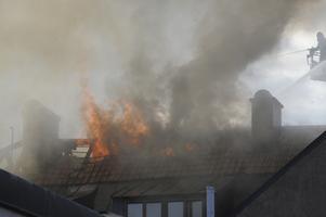 Svart tjock rök spreds över centrala Eksjö i samband med vindsbranden. Boende och andra i området uppmanades hålla sig inomhus om man upplevde obehag av röken.