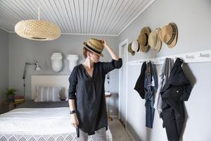 Annsofi Söderholm grejar stilen. I sovrummet har hon inrett i ljusa färger med grått som bas. På knoppar och krokar kan hon och maken hänga fram allt de behöver för dagens äventyr. Som hattar till exempel.