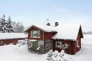 På baksidan av huset finns bland annat en stor altan. Foto: Patrik Persson