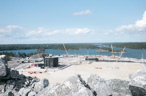 Hamnplanen med verkstaden (den höga byggnaden till vänster) och det lägre tullhuset är färdiga. Från berget ser man Himmelsöbron, Wik-Inn Marina, Muskö, och bort mot Utö vackra dagar.