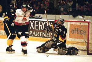 VIK förlorar mot Nybro med 1-2 efter sudden i den sista omgången av kvalserien den 14 april 2002. Drömmen om allsvenskan var släckt ... trodde man. Men Tingsryd tvångsdegraderades under sommaren och VIK var tillbaka i hockeyns finrum igen.