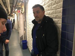 Stefan Bengtzén, tidigare sportchef i  Brynäs i samspråk med Daniel Mannberg efter matchen.