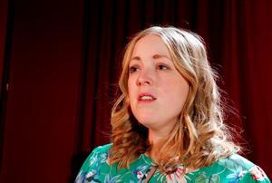 Mia Rydell står ensam på scen och De band som binder mig innehåller både tal och sång.