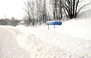 Skylten Johannedal har delvis snöat över.