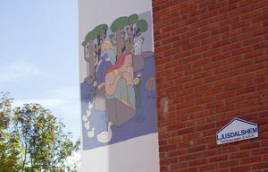 Den första målningen som blev klar kan ses på Gärdeåsvägen 2, i närheten av vård- och omsorgsboendet Backsippan.