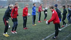 Två gånger i veckan är det fotbollsträning på Sportcentrums konstgräs för de elever på Rodengymnasiet som valt fotbollsprofilen.