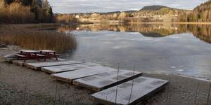 Bryggorna kommer att försvinna när kommunen tar över skötseln av badplatsen i Hamstasjön.