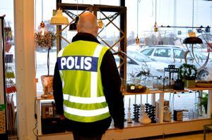 Kommunpolis Erik Gatu brukar gå runt bland butikerna i innerstan och prata med de Säterbor som vill.