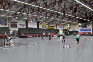 I Moras innebandyarena är det fullt med aktivteter i samband med Anna Wijks Floorball Camp.