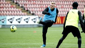 Linus Lamu har gjort 61 mål på 69 matcher under tre säsonger med Örebro Syrianska. De två senaste åren har det slutat med skytteligaseger, även om han i fjol fick dela segern med en annan ÖSK-provspelare, nämligen Victor Edvardsen.