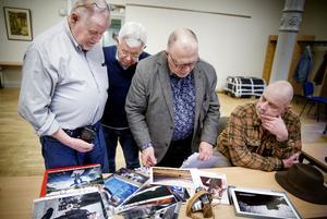 Thomas Brandt, Bengt-Åke Strengberg , Göran Redmo och Ronny Vervaart betraktar bilder tillsammans. Helgen 1-2 februari ska de ställa ut sina fotografier i ABF-huset.