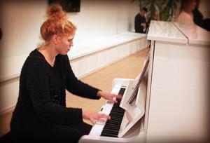 Pia Giger skötte pianot.