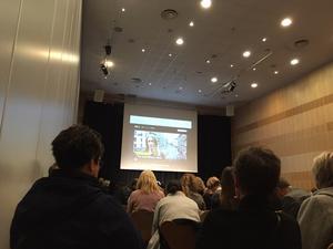 På hotellet där Emeli Lillbacka befinner sig tittar de på nyheterna tillsammans på storbildsskärm.