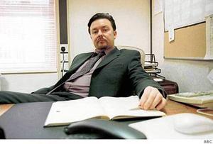 Ricky Gervais som David Brent i The Office, en chef som gärna trycker ner andra.