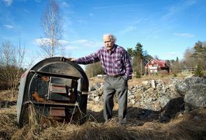 Bernt Lindqvist bredvid en av alla de värmepannor som gått åt under åren på grund av vattnet.