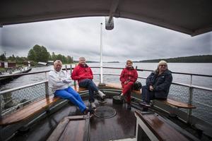 Peter Thurow, Mats Rolén, Berit Thurow och Barbro Rolén följer med ångbåten Alma på en rundtur på Revsundssjön.