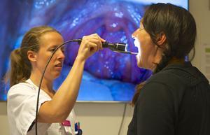 Med hjälp av ny teknik kan hals, öron och hjärta undersökas på distans med samma kvalitet som om läkaren och patienten vore i samma rum. Sjuksköterskan Jennie Hedin Hedenfalk undersöker Mia Carlund i svalget.