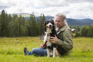 Mikael Jonsson och hunden Hedda satt i gräset och njöt av livemusiken.