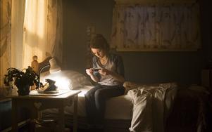 Bird Fitcher (Kathryn Prescott) hittar en polaroidkamera som bär på en mörk hemlighet, snart börjar vännerna hon fotat att dö. Pressbild: SF Studios