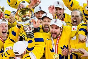 Mikael Wikstrand jublar med VM-pokalen. Foto: Petter Arvidson / Bildbyrån