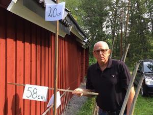 Felplacerat. Curt Holmbäck visar att grannens förrådsbyggnad står 42 centimeter för nära tomtgränsen. Enligt detaljplanen ska det vara minst en meter.