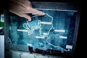 Kent visar en karta över området.