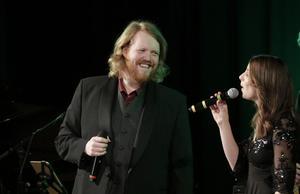 Martin Almgren och Linnea Wilhelmsson sjön duett.
