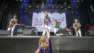 Dansbandet Black Jack mottogs av en dansande publik.
