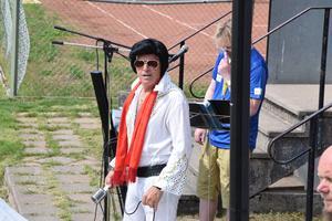 Innan matchen bjöd Elvisimitatören Hasse